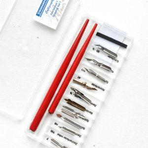 НаборSet 1 Drawing 11 различных перьев с 2 перодержателямиот Standardgraph в пластиковом пенале.